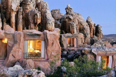 «Первісний» готель в Африці. Як вам пропозиція прожити відпустку в цій печері?