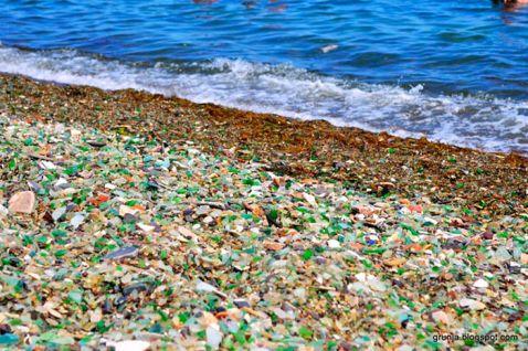 Росіяни викидають в океан пляшки з-під горілки та пива, і ось що він повертає їм!