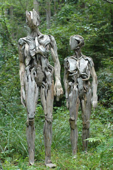 У японському лісі художник створює з корчів моторошні скульптури, від яких холоне кров