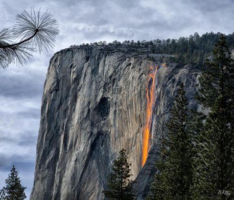 Це щось з області фантастики: в Каліфорнії тече «Вогняний водоспад»