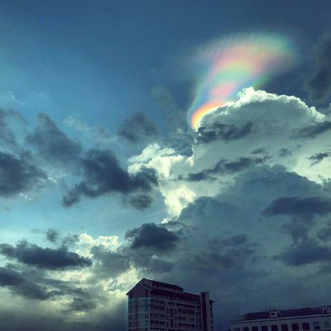 Унікальний феномен: у небі над Сінгапуром люди побачили «вогняну веселку»