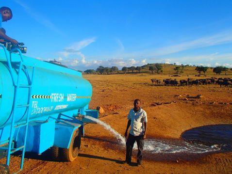 Без нього вони помруть: кенієць щодня возить воду змученим від спраги диким тваринам