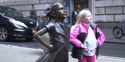Перед знаменитим биком на Уолл-стріт встановили дуже несподівану статую