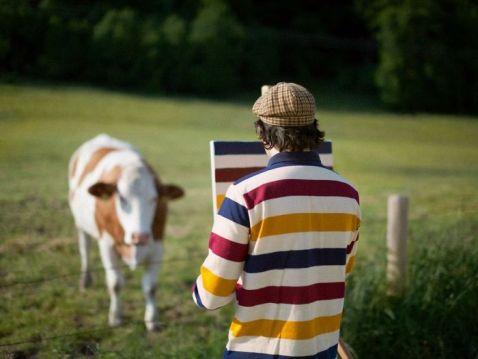 Художник їздить по надзвичайних місцях, щоб намалювати там... принт своєї сорочки