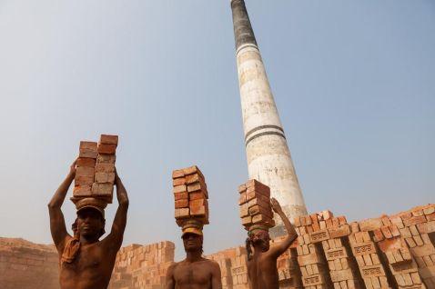 Від дітей до старих, всім вистачить пекельної роботи на цегляних полях Бангладеш