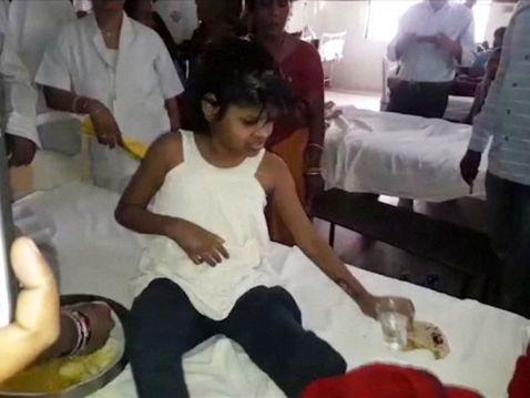 В Індії знайшли дівчинку-мауглі, яку виховали мавпи