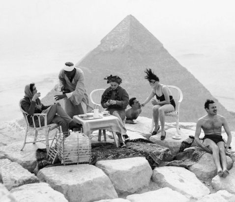 На вершині дива світу: ретрофотографії туристів на піраміди Гізи