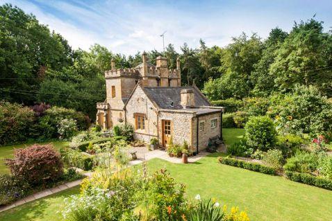 На продаж виставили найменший замок Англії. Він чудовий і ціна приємна!