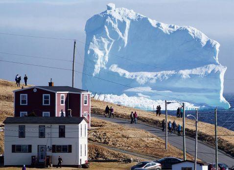 Гігантський айсберг приплив до берега крихітній канадської села