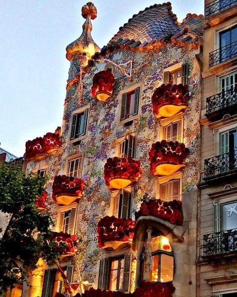 У Барселоні Будинок Кісток покрився трояндами