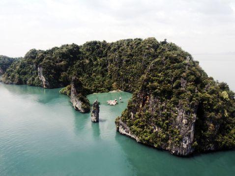 Плаваючий кінотеатр під відкритим небом біля скель Таїланду