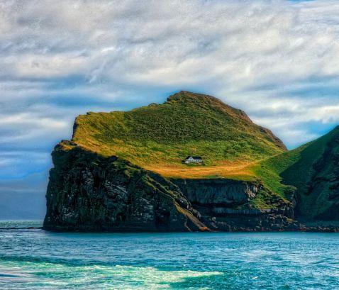 Крихітний будинок на віддаленому острові ісландському